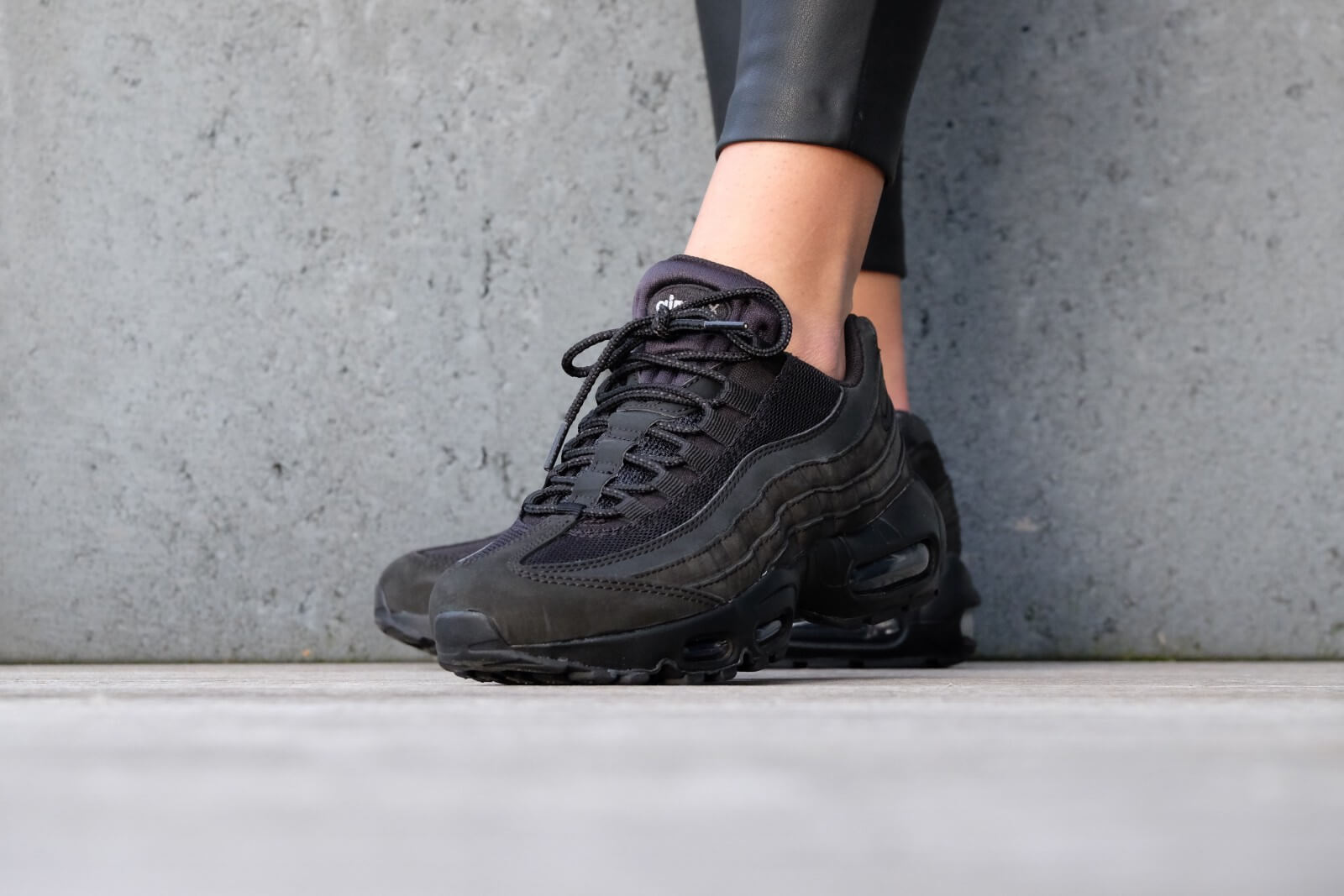 black and gray air max 95