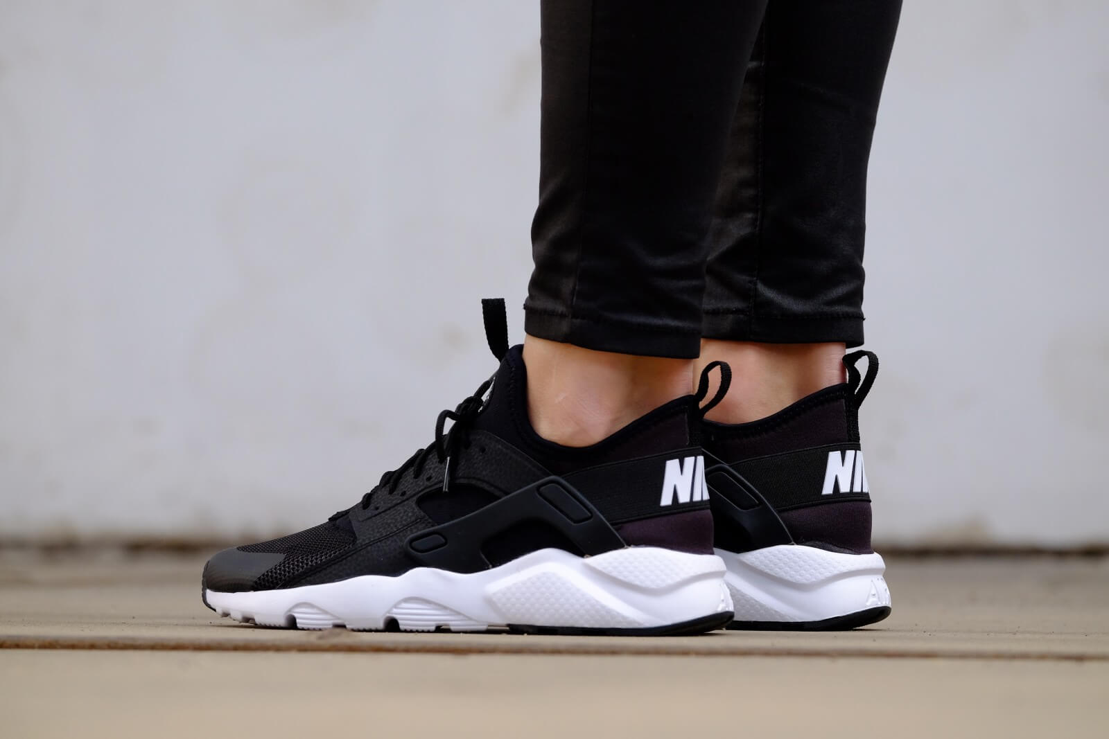nike air huarache run ultra gs black white 847569002