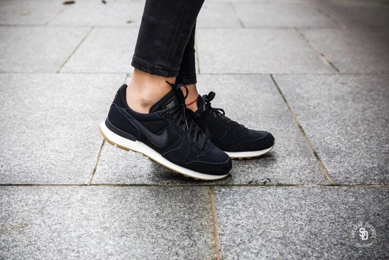 98a5f72d3779 Nike Women s Internationalist Black Deep Green-Gum bestellen bij Sneaker  District