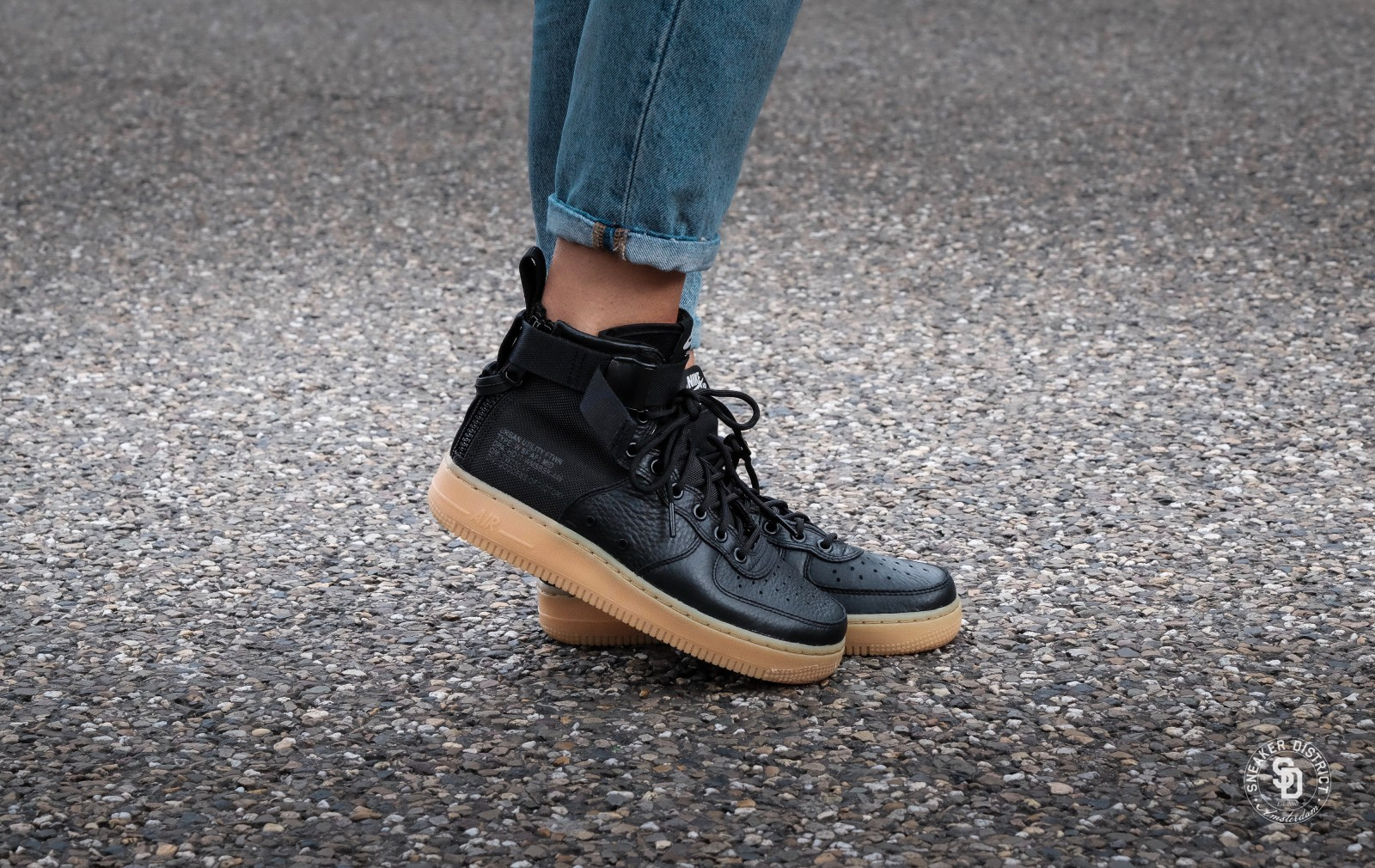 free shipping 64a6f 02b1b Nike Women's SF Air Force 1 Mid Black/Gum dames sneakers | Sneaker District