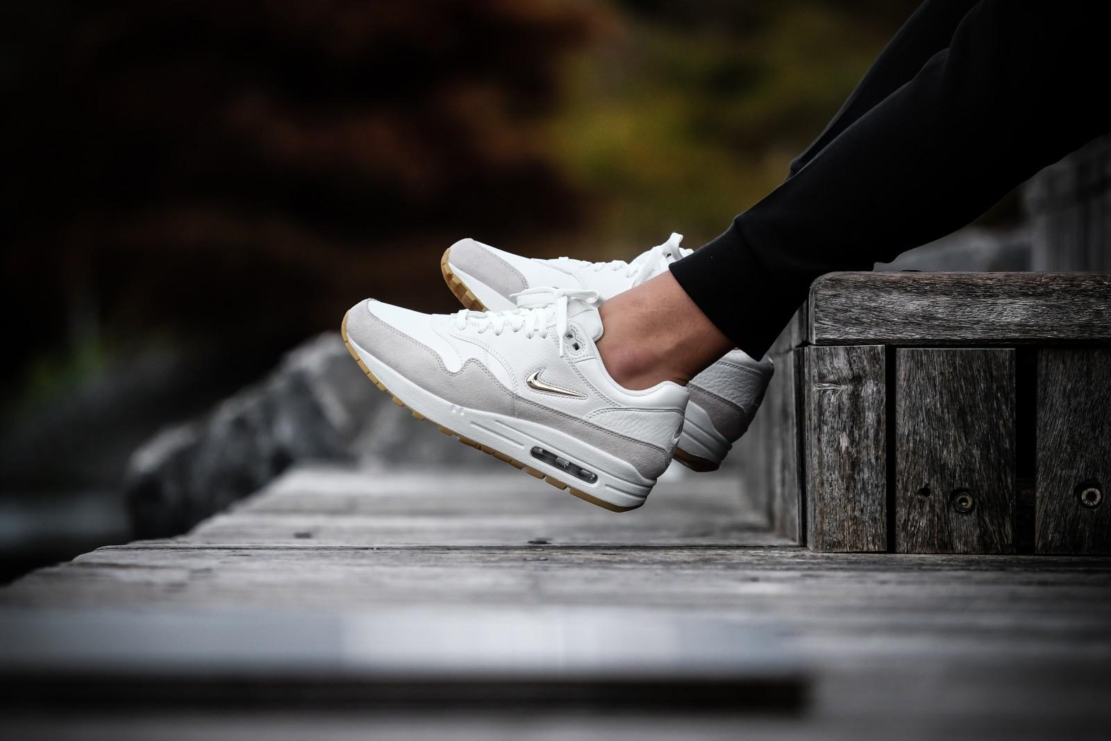 Nike Women's Air Max 1 Premium SC Jewel Summit White/Metallic Gold sneakers bestellen voor dames