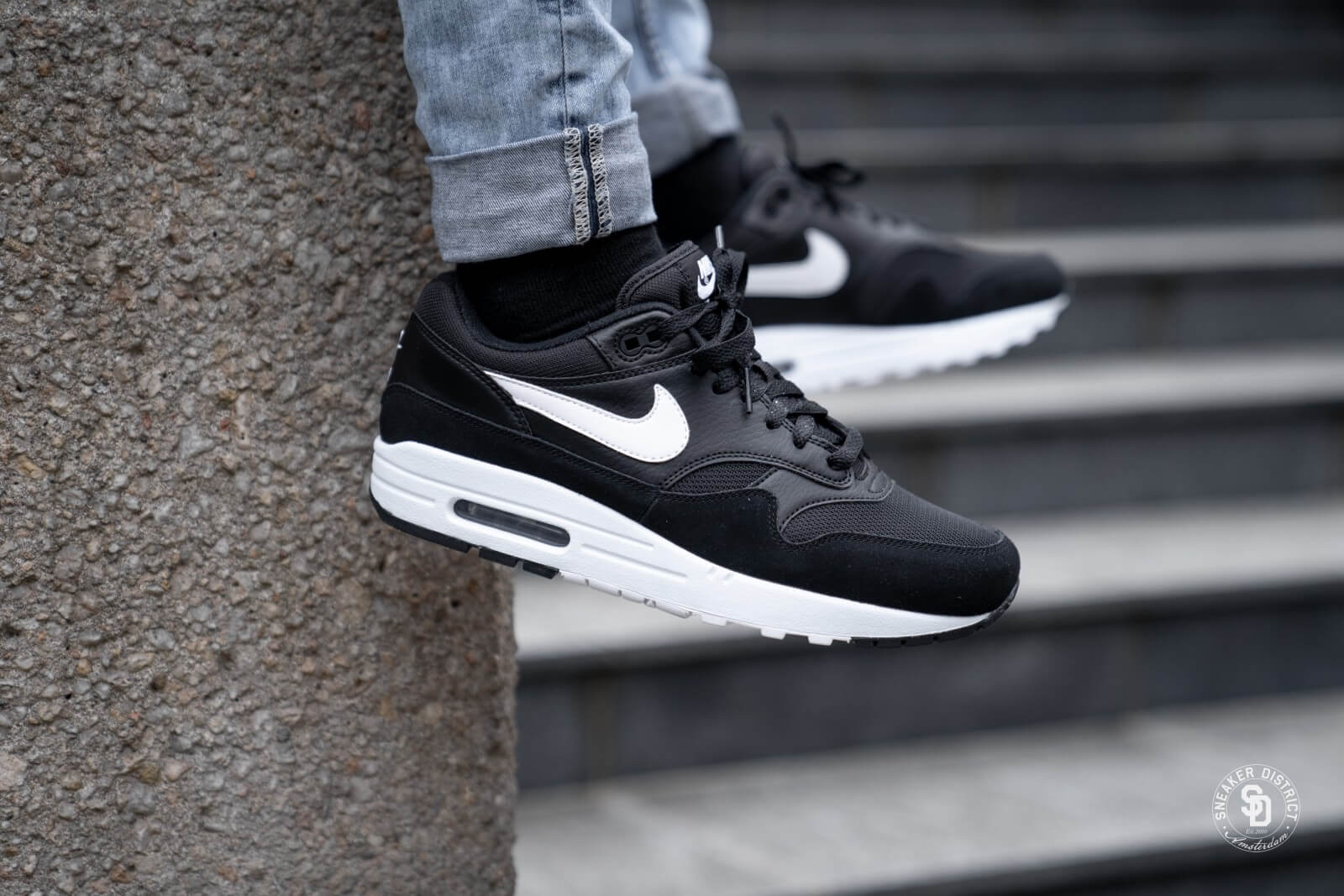 air max 1 black and white